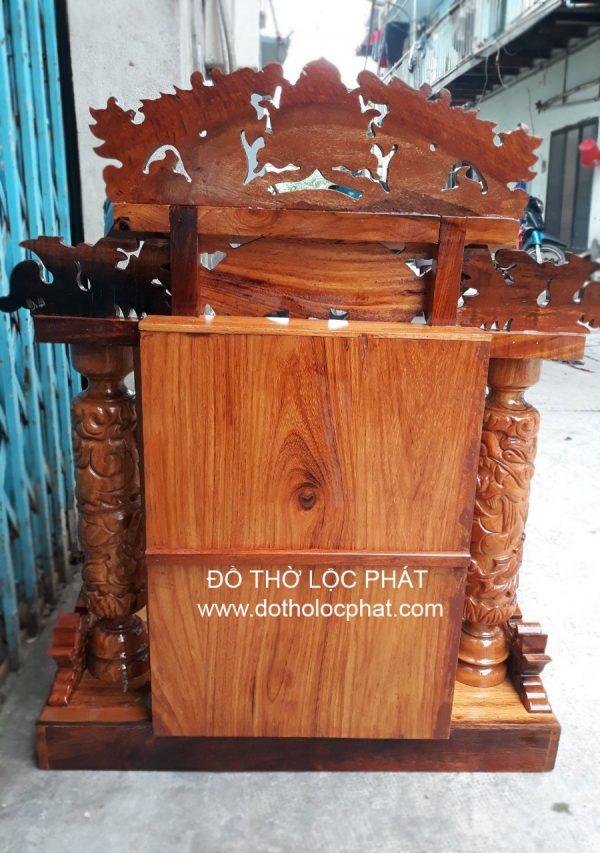 mặt sau bàn thờ thần tài mái ngói tam cấp đẹp- xem 4 chiều bàn thờ đẹp