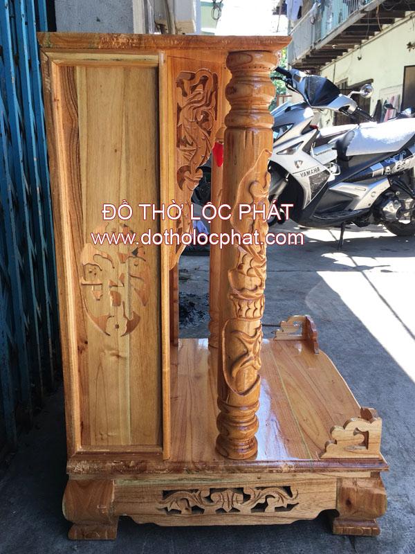ảnh chụp góc ngang của bàn thờ ông địa thần tài gỗ xoan đào