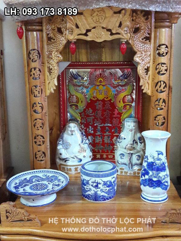 đồ thờ cúng bằng sứ rồng xanh trên bàn thờ thần tài