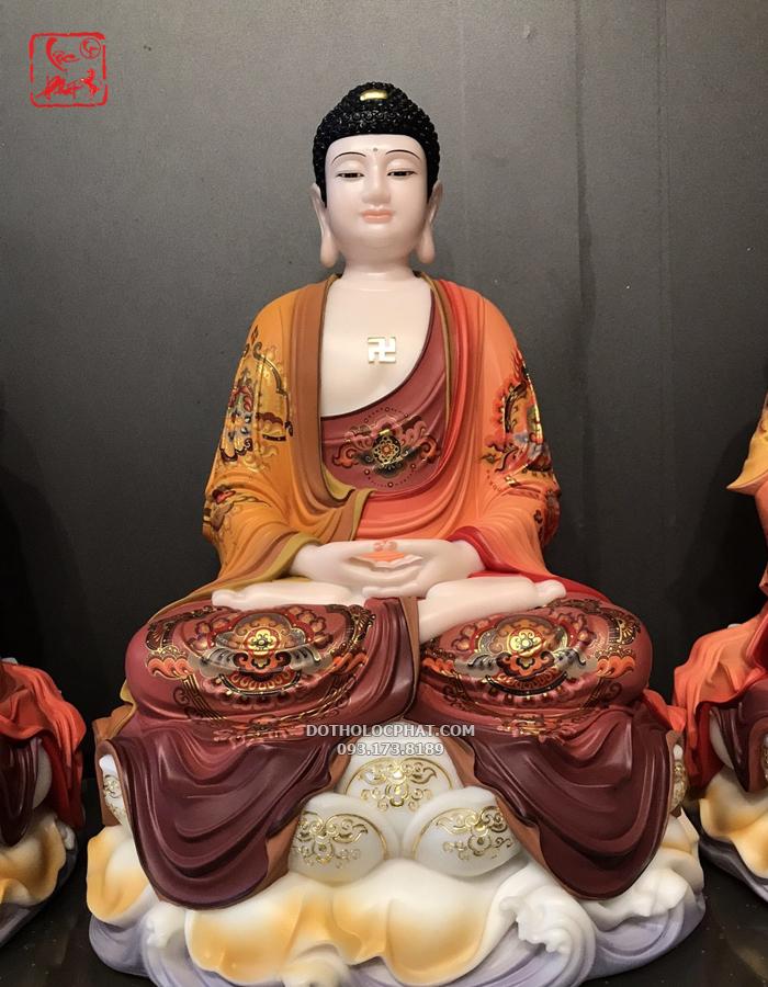 Đức Phật A Di Đà tay bắt ấn Thiền Định, trước ngực có chữ vạn, tướng diện tượng đẹp, cân đối hài hoà, toát lên thần thái từ bi hỷ xả