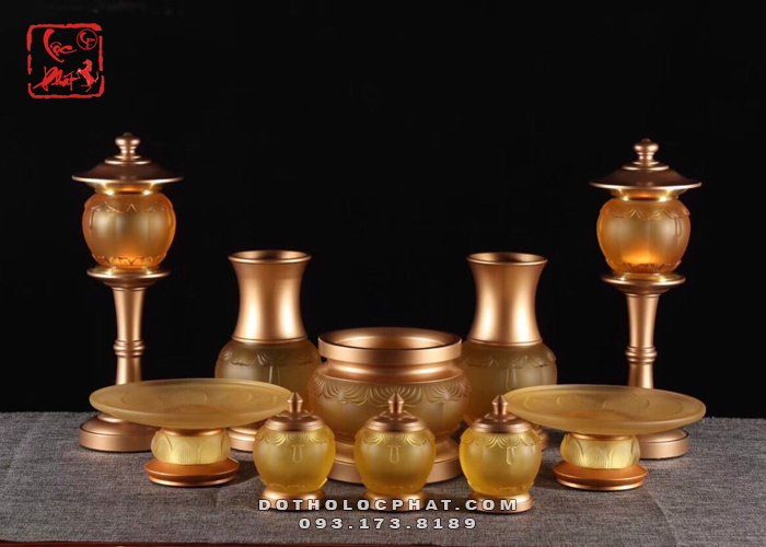 bộ đồ thờ cúng bằng lưu ly trên bàn thờ phật đẹp nhất hiện nay