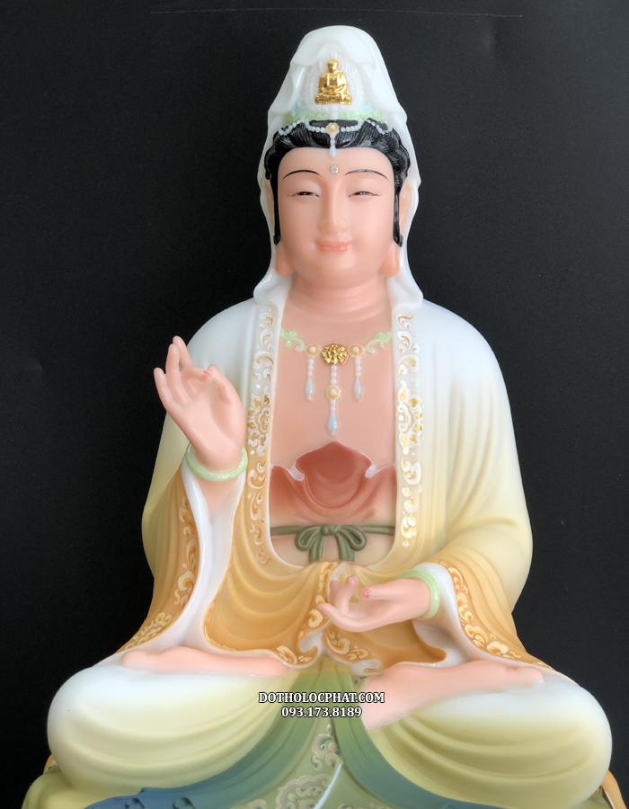 Tôn tượng Phật Bà Quan  m Bồ tát đế sen vàng là một trong những mẫu tượng độc đáo, có màu sắc khác biệt so với những tôn tượng khác của Lộc Phát
