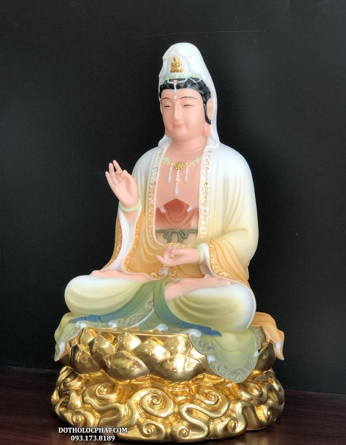 Ở tôn tượng này, Phật Bà Quan  m đầu đội khăn trắng, tay bắt thủ ấn giáo hóa, khuôn mặt phúc hậu, ánh mắt từ bi, miệng thoát nở nụ cười hiền hòa, bao dung