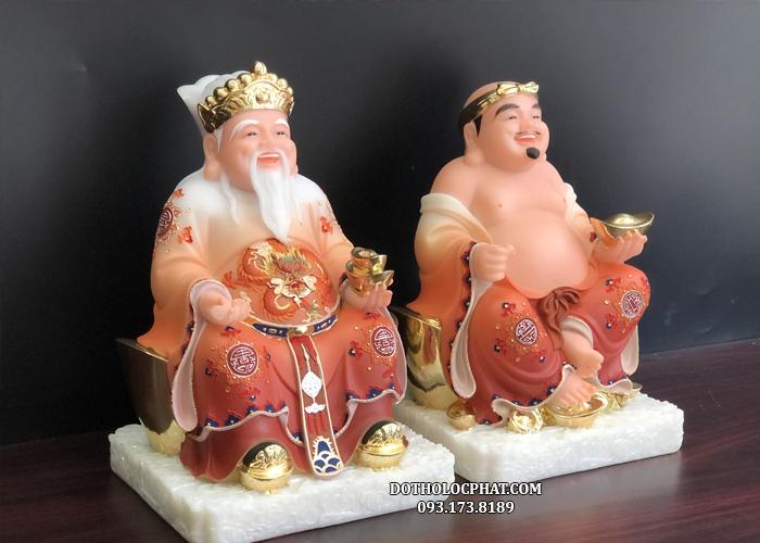 Tượng Ông Địa Thần Tài cũng Lộc Phát có màu sắc tươi vui sống động, khuôn mặt của hai vị thần lúc nào cũng vui vẻ hoan hỷ, tay mỗi Ngài đều cầm một thỏi vàng tượng trưng cho niềm vui, hạnh phúc, tiền tài và may mắn.