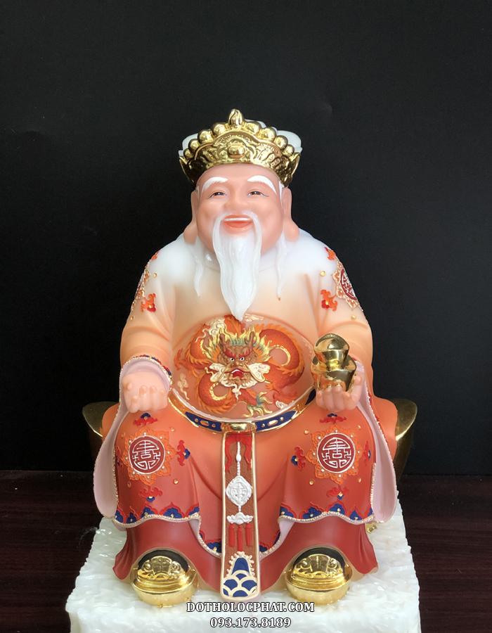 Tượng Thần Tài trang nghiêm, mặc y phục chỉnh tề trang trọng của một vị quan lớn, tay nâng đĩnh vàng biểu trưng cho quyền lực, tiền tài, vạn sự như ý
