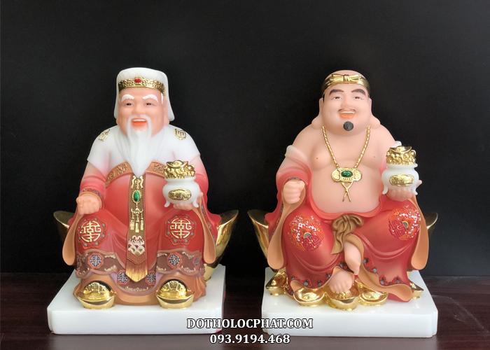 Tượng Ông Địa Thần Tài bằng đá vẽ gấm tay nâng hũ vàng phù hợp với hầu hết mọi cung mệnh và không gian thờ