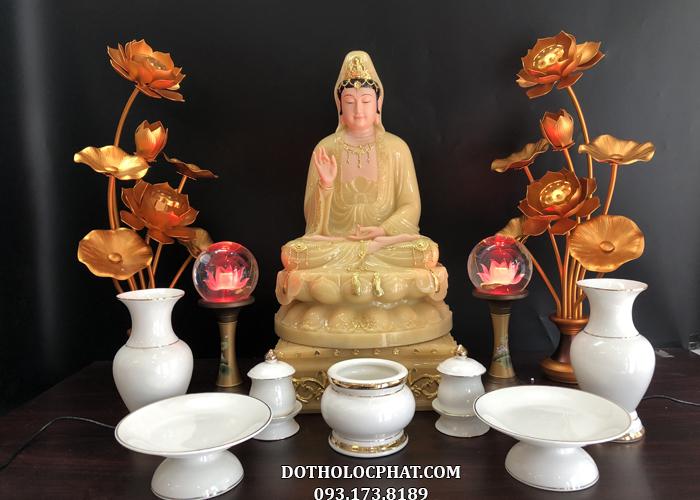 Tượng Phật Bà Quan m đặt trên bàn thờ trang nghiêm, sang trọng với những vật dụng cần thiết như bát hương, bình hoa, đôi đèn, đĩa đựng hoa quả…