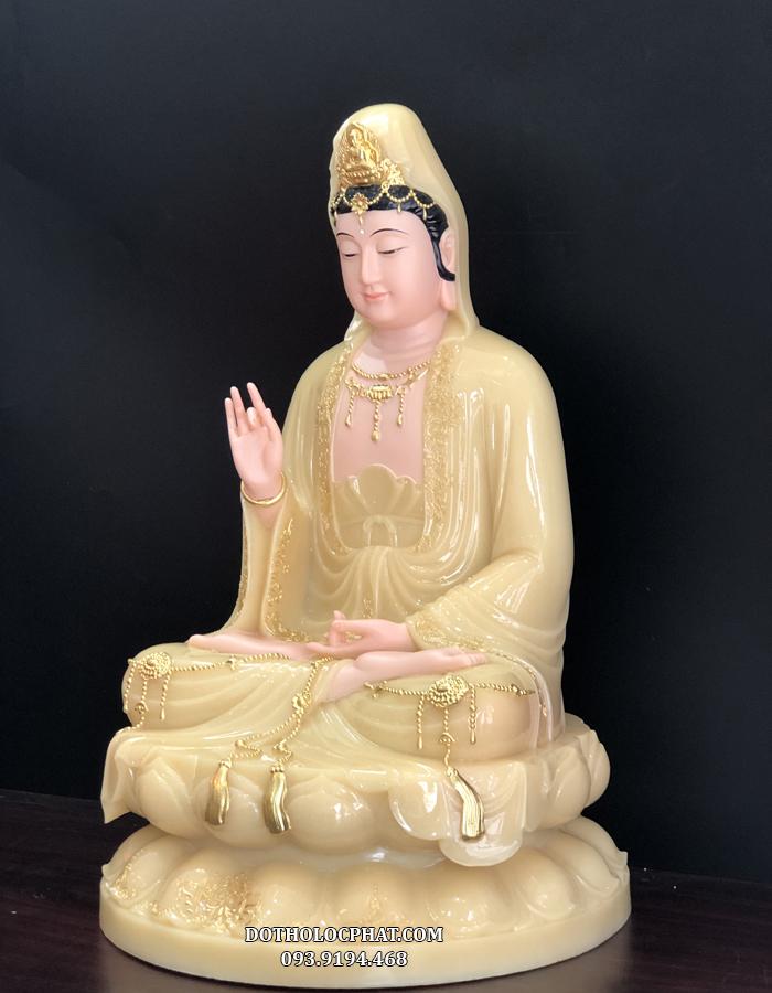 Tượng Phật Bà Quan m của Lộc Phát có bố cục hài hoà, cân đối, tướng diện Bồ tát đẹp, mắt khép hờ ¾, miệng thoáng cười
