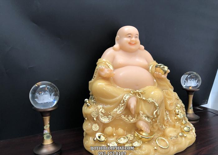 Bảo tọa của Phật Di Lặc được đính những thỏi vàng và ngọc ngà châu báu với ngụ ý mang đến may mắn, tài lộc, sự sung túc, ấm no hạnh phúc cho gia đình