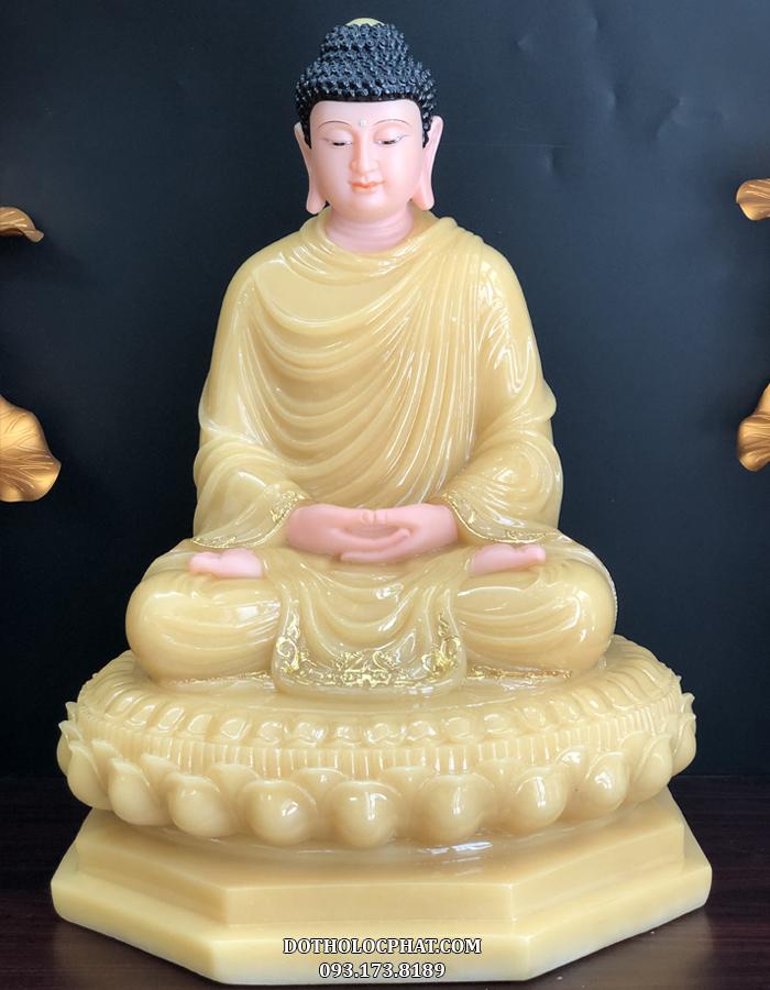 Đức Phật được khắc hoạ trong tư thế ngồi trên toà sen đế 8 cạnh, tay bắt ấn thiền, mắt mở ba phần tư, tà áo rũ nhẹ nhàng mềm mại