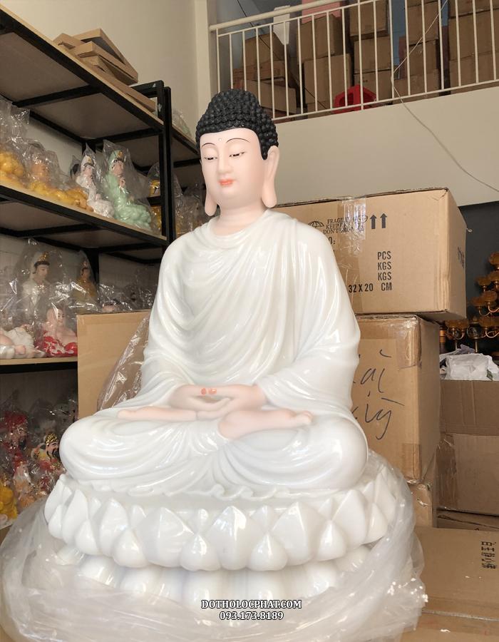 Tượng Phật Thích Ca sắc diện hồng hào ngồi kiết già trên đài sen