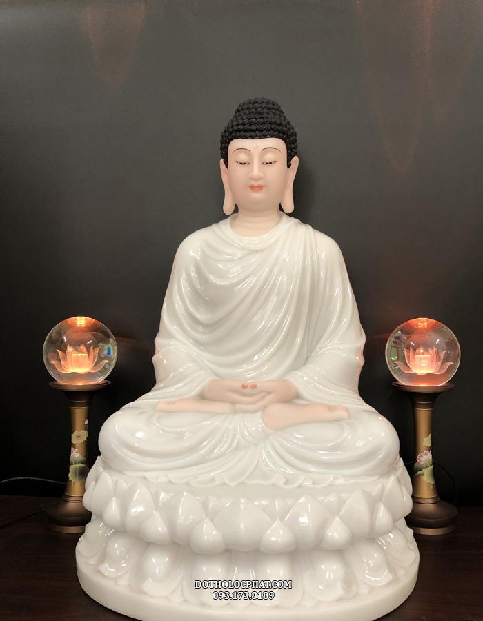Tượng Phật Thích Ca sắc diện hồng hào hơn dưới ánh đèn