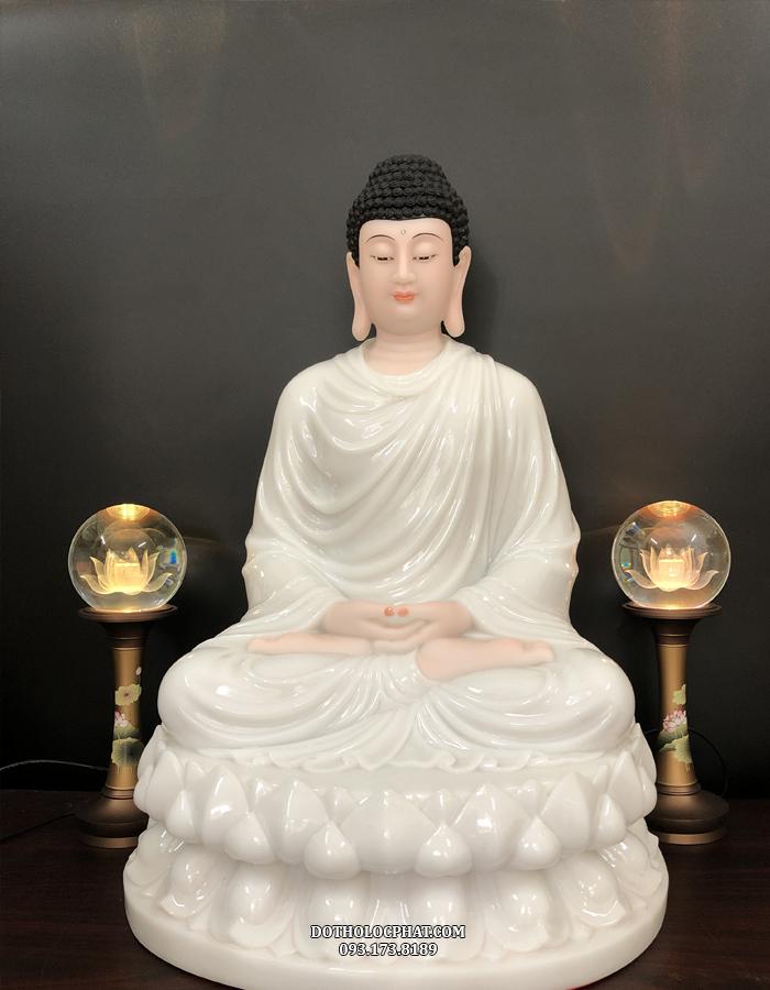 Tượng Phật Thích Ca màu trắng giúp không gian thờ thêm trang nghiêm