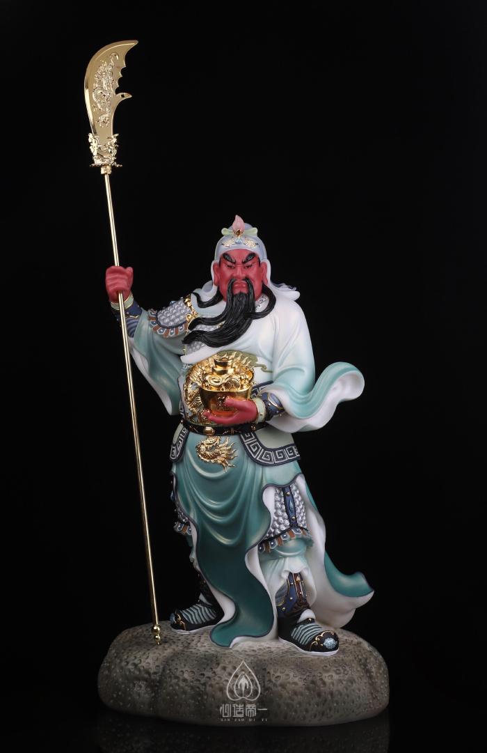 Tượng Quan Công tay chống đao nâng hũ vàng mang ý nghĩa trấn trạch, trừ tà, cầu tài lộc